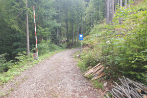 Schranke und Hinweisschild - Wegpunkt 3 entlang der Tour